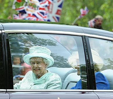 The Queen travels from Buckingham Palace to St Paul's for the Service of Thanksgiving © Press Association